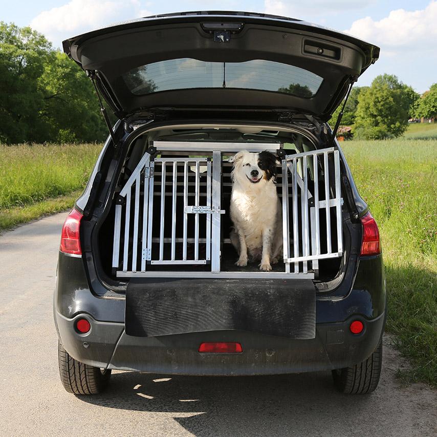 Přeprava zvířete ve vestavěné kleci v kufru auta
