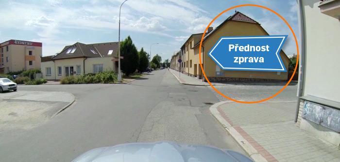 Šipka naznačuje přednost vozidel vjíždějících do křižovatky
