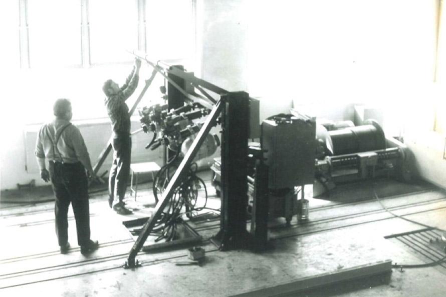 Hydraulický stav na kvazistatické zkoušky kotevních míst dle EHK 44 V popředí p. František Drmota, vpravo vrátek na zvedání závaží v padací věži