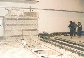 Stavba konstrukce dráhy, bariéry a filmovací jámy