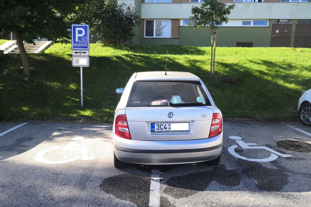 Zakázané stání na místě pro vozíčkáře