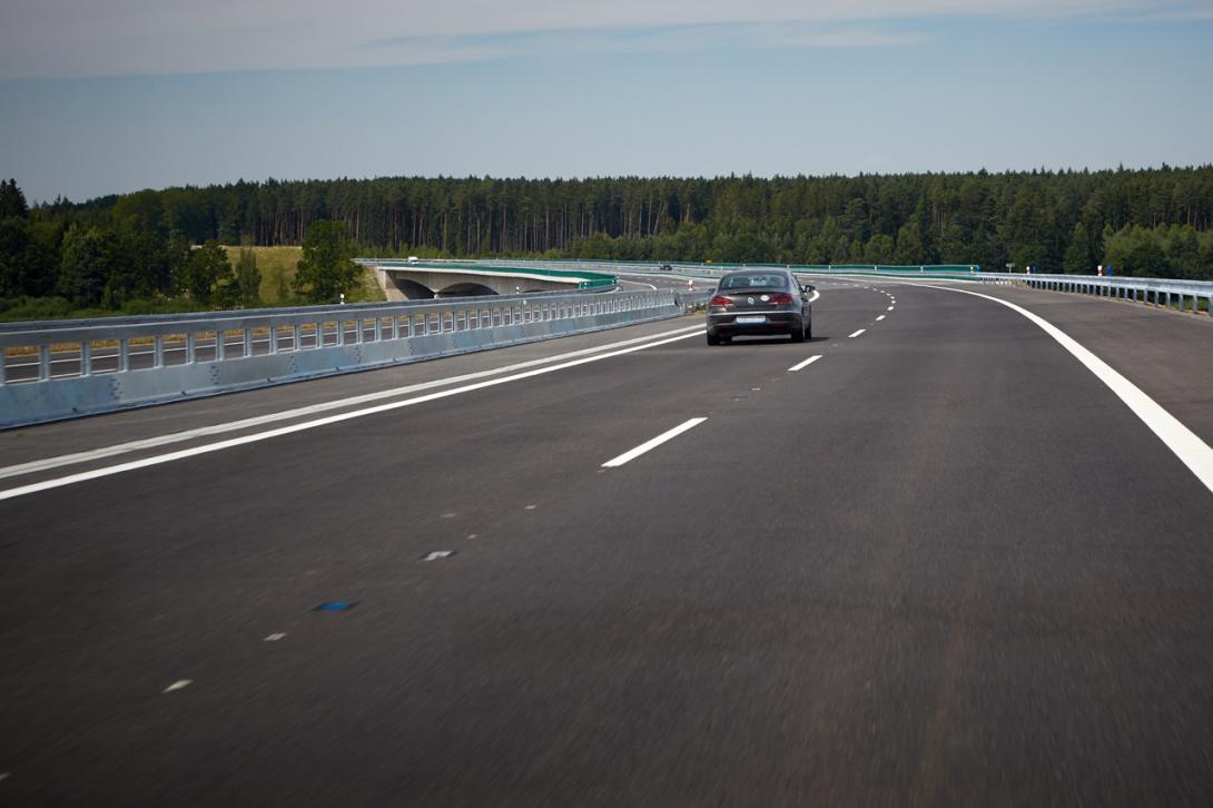 Špatně: Mimo obec se musí řidič zařadit zpět do pravého pruhu