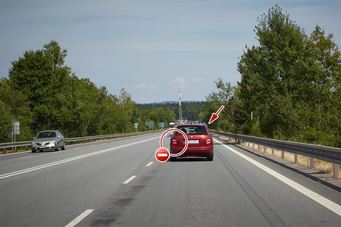 Špatně: Auto zakrývá cyklistu před sebou, před vybočením nepoužije blikač