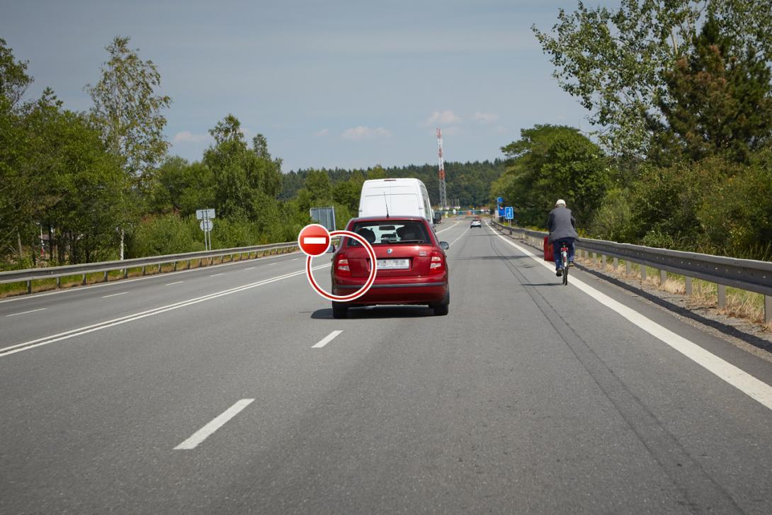 Špatně: Auto při předjíždění cyklisty nepoužije blikač