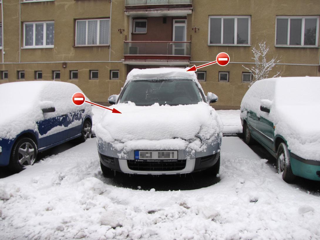 Špatně: Nedostatečně očištěné vozidlo. Zbytky sněhu mohou ohrožovat bezpečnost silničního provozu
