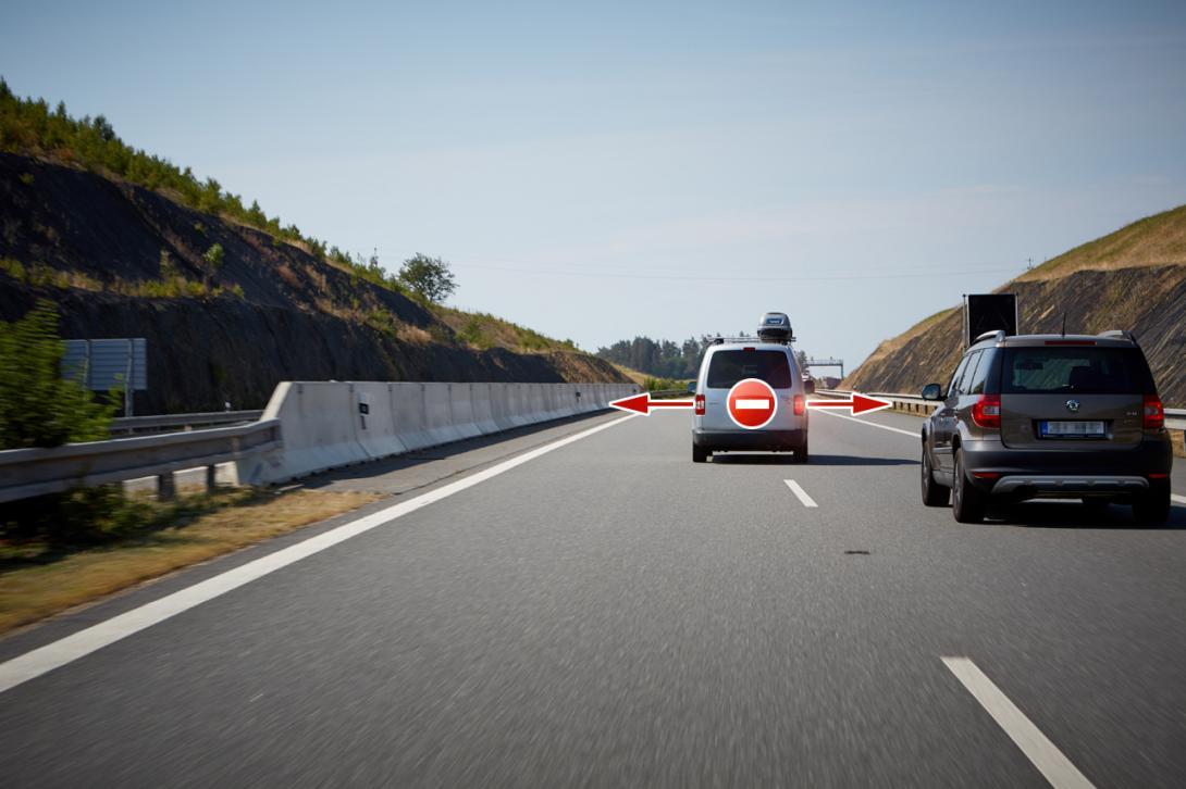 Špatně: Časté přejíždění z pruhu do pruhu ohrožuje bezpečnost silničního provozu