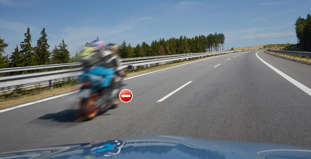 Špatně: Řidič motocyklu jede nedovolenou rychlostí