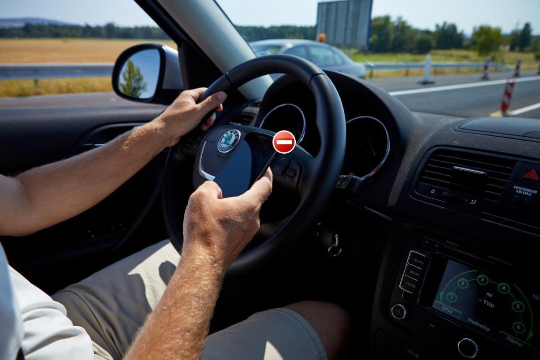 Špatně: Za jízdy řidič nesmí telefonovat