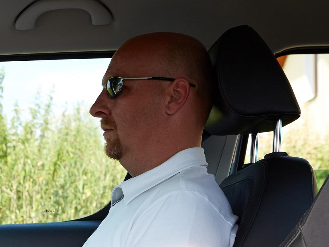 Správně: Výškové nastavení sedačky, pásů a hlavové opěrky