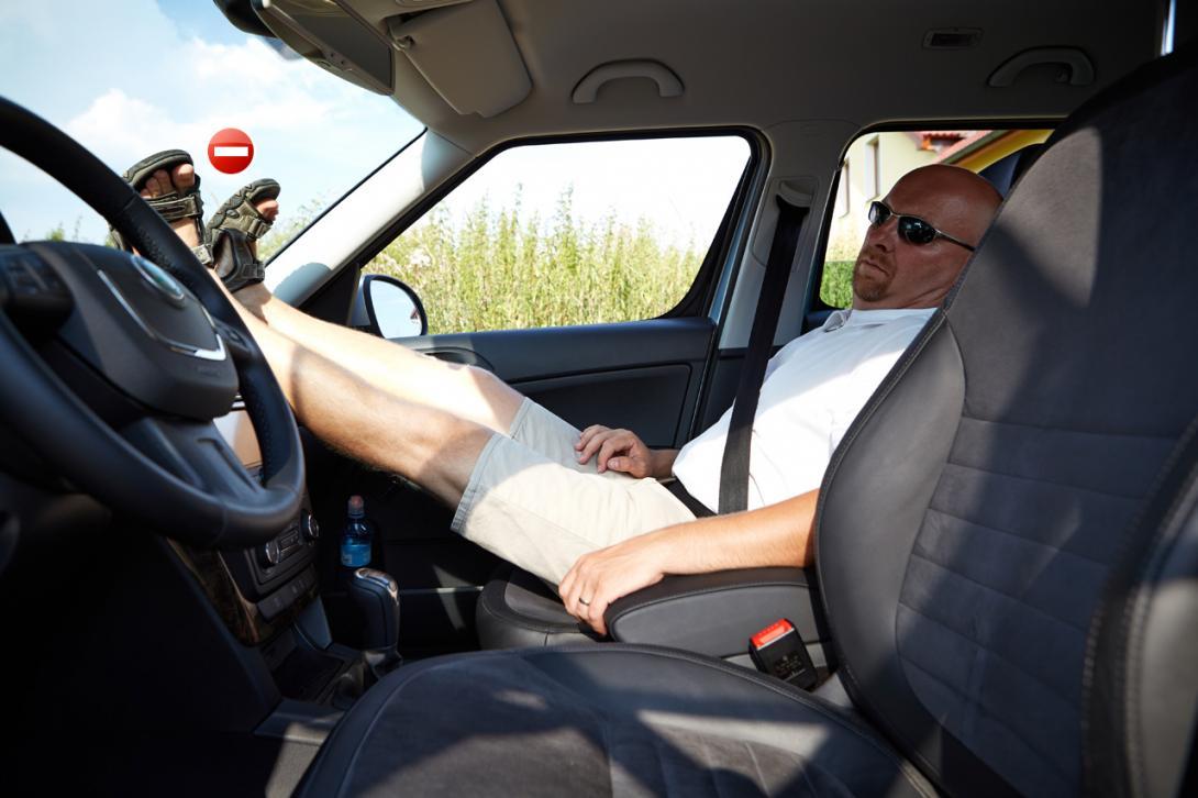 Špatně: Nohy na palubní desce