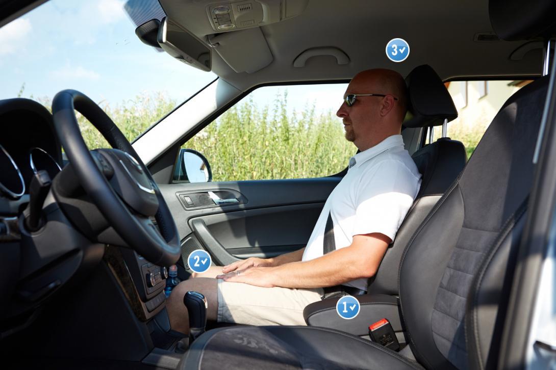 Správně: 1) Tělo a nohy svírají pravý úhel; 2) Sedačka není ani moc vpředu ani moc vzadu; 3) Výškové nastavení sedačky, pásů a hlavové opěrky