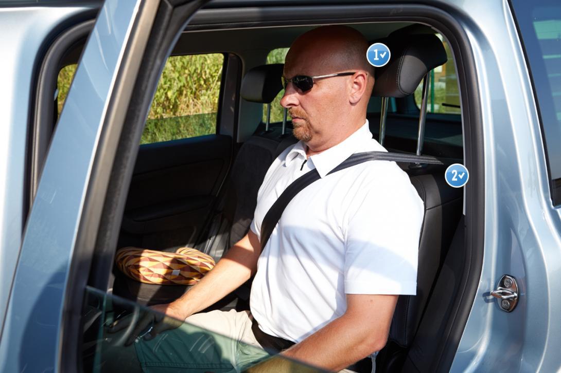 Správně: 1) Horní hrana hlavové opěrky se kryje s temenem hlavy; 2) Správně seřídíme výškově nastavitelné pásy