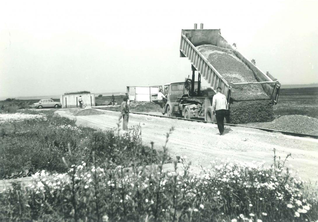 Vlastnoruční výstavba zkušební dráhy na Ruzyňském letišti pracovníky ÚVMV