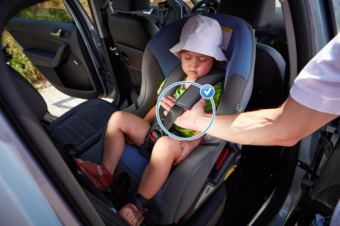 Správně: Mezi pásem a tělem dítěte je místo maximálně na jednu dlaň