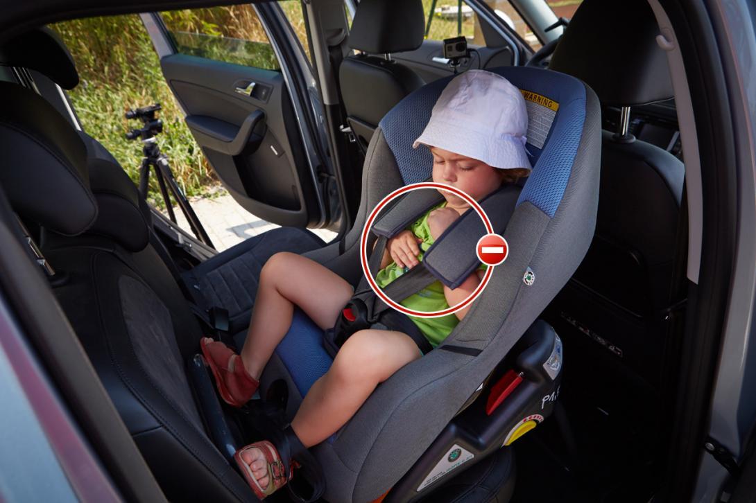 Špatně: Dítě má ramínka mimo popruhy (vyvlíká se)