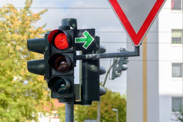 Ťok chce prosadit, aby řidiči směli odbočovat na červenou jako v Americe