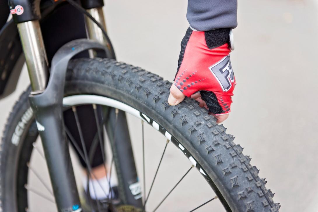 Cyklovýlet - příprava před jízdou - nahuštění pneumatik