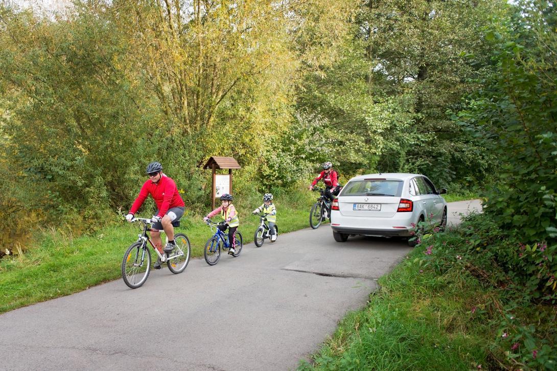 Cyklovýlet - po silnici, protijedoucí auto
