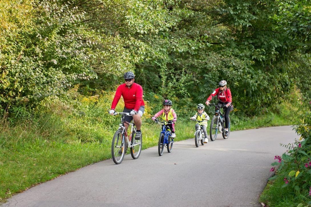 Cyklovýlet - jízda s dětmi v řadě za sebou