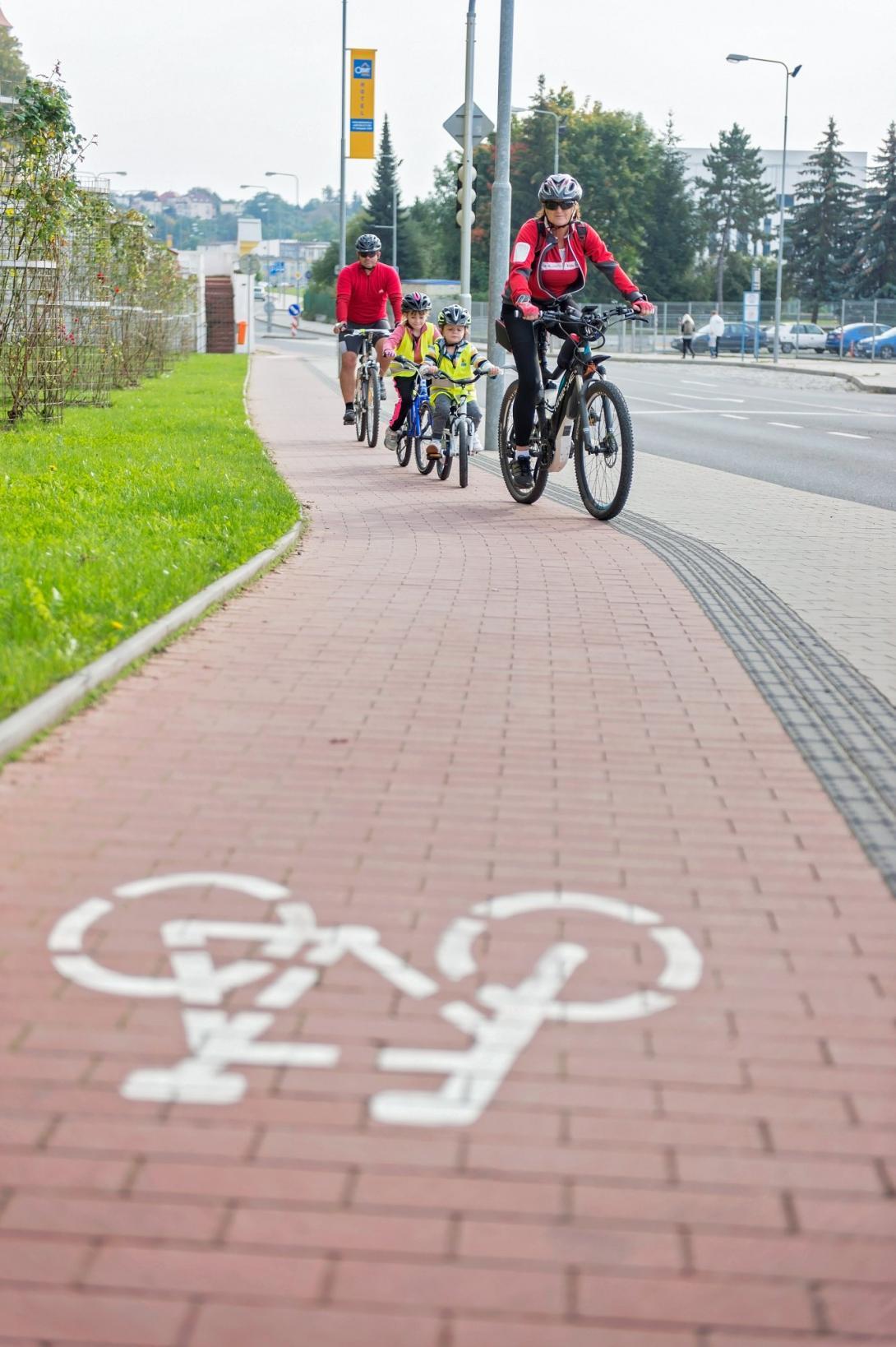 Cyklovýlet - jízda po stezce pro cyklisty ve městě