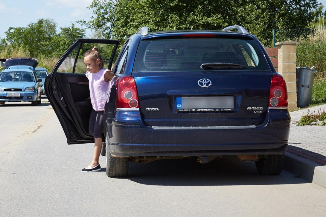 Z auta nevystupujeme směrem do silnice (pokud to jde)