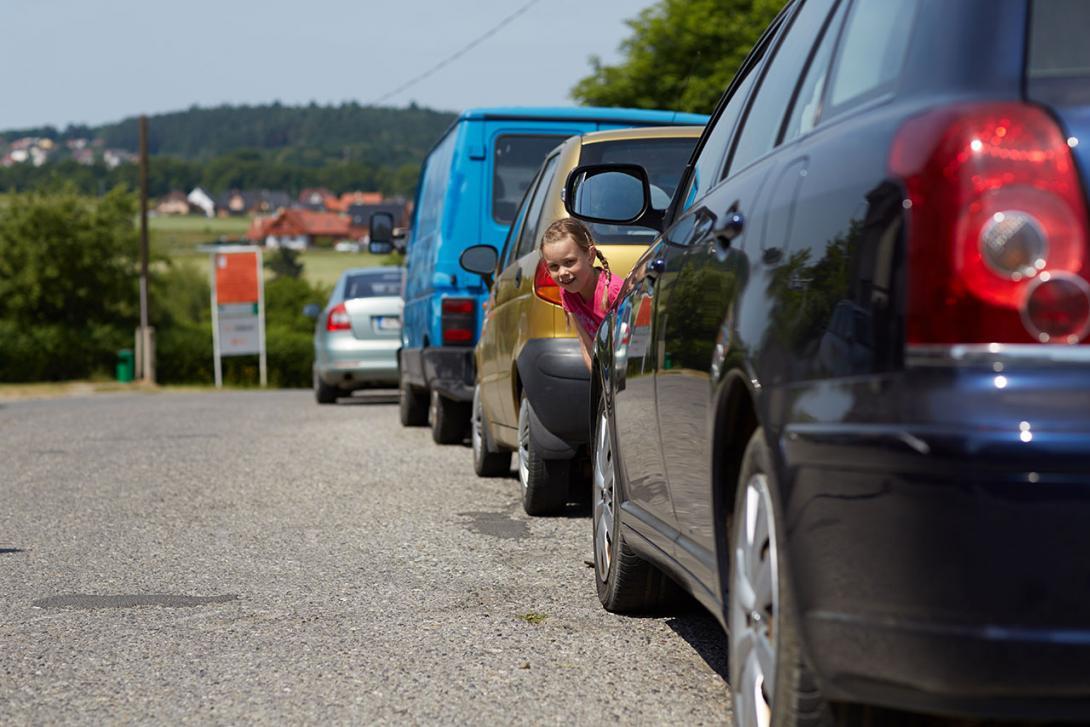 Přecházení mezi auty