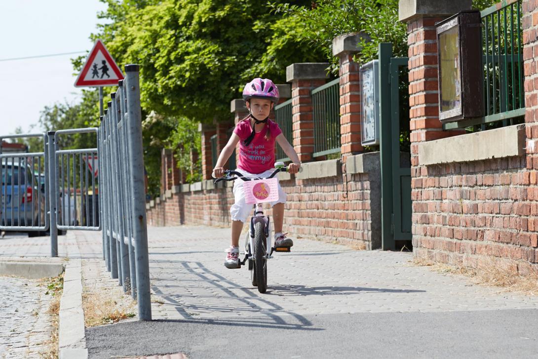 Správně: Pokud je nám méně než 10 let smíme jezdit po chodníku na kole