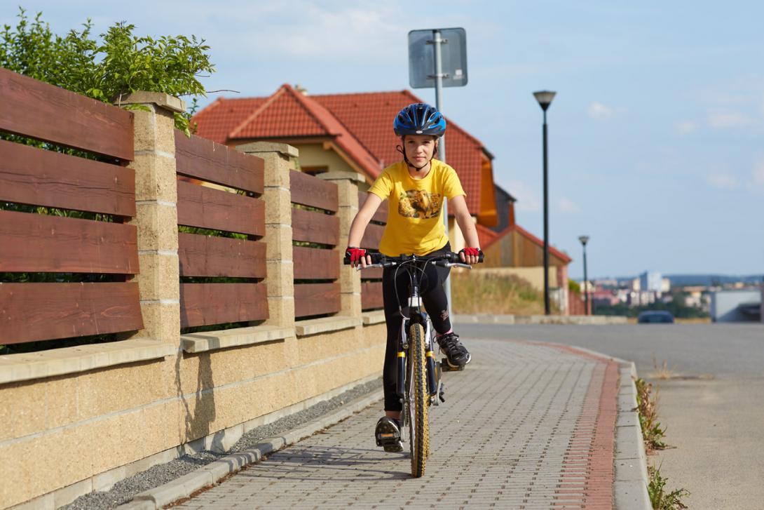 Špatně: Pokud nám už bylo 10 let nesmíme jezdit po chodníku na kole