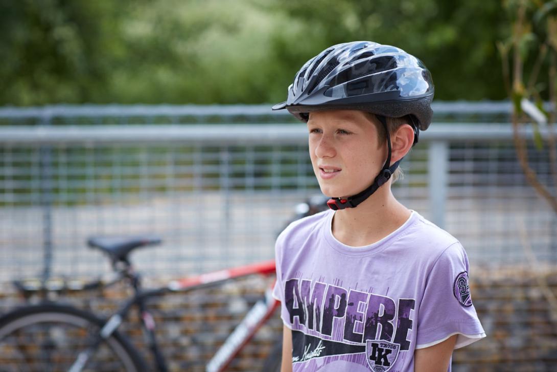 Správně: Cyklista se správně nasazenou přilbou
