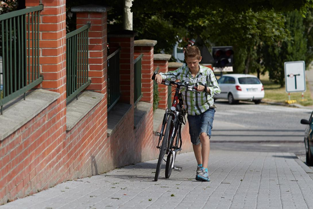 Vedení kola na chodníku