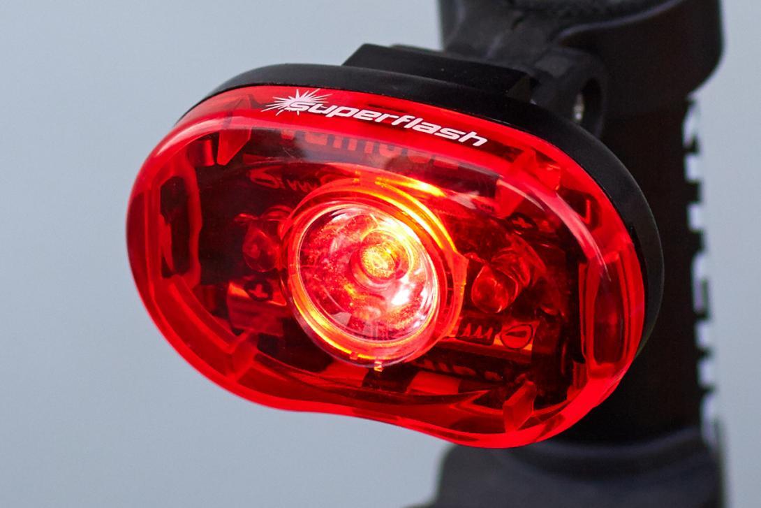 Vzadu červená svítilna