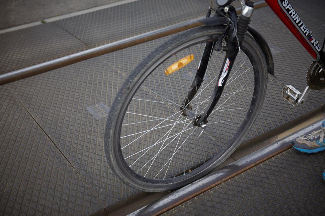 Kolmý přejezd - kolo může spadnout mezi koleje