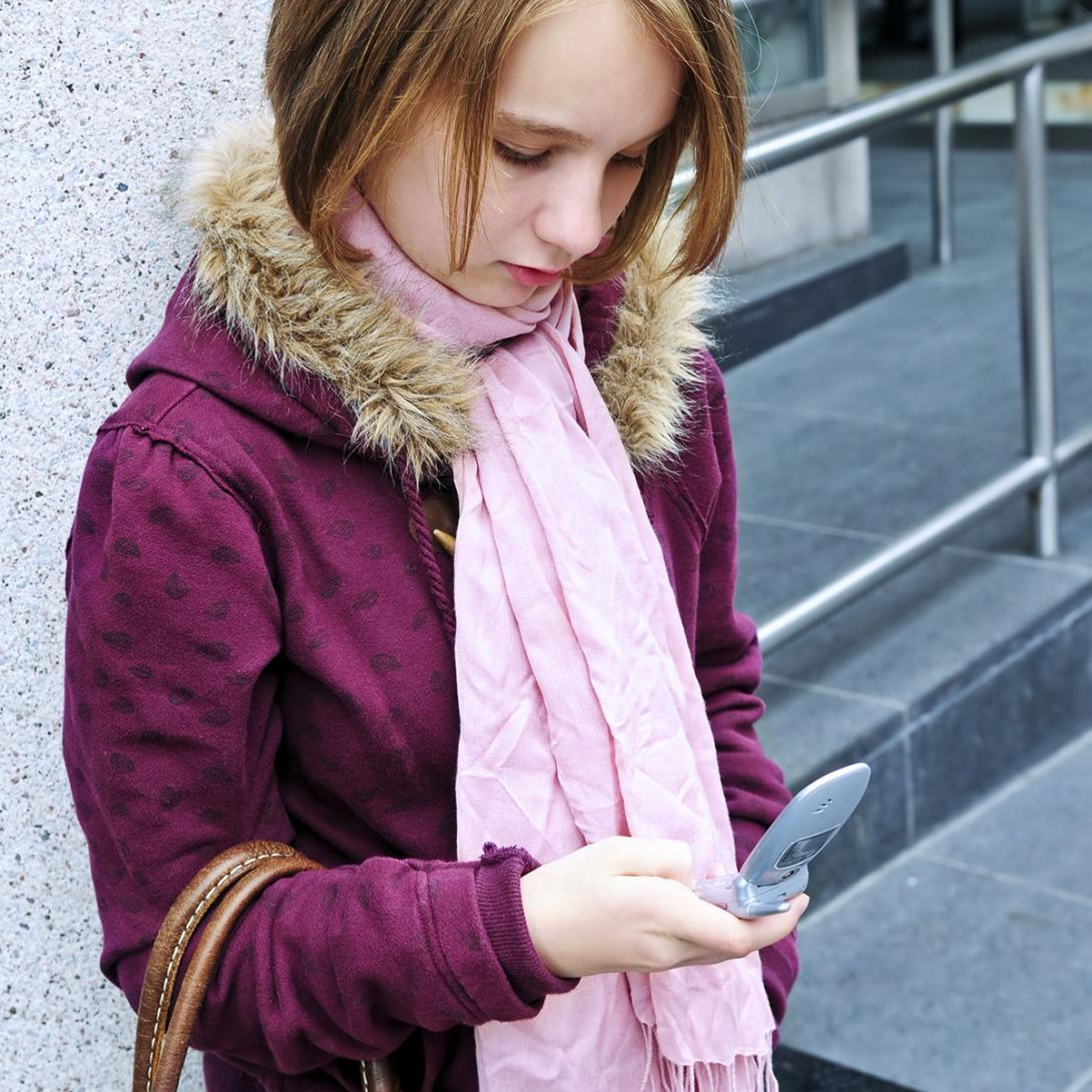 Poslech hudby ze sluchátek, telefonování, psaní SMS, aplikace na chytrých telefonech jsou na celém světě časté okolnosti tragických nehod mladých chodců