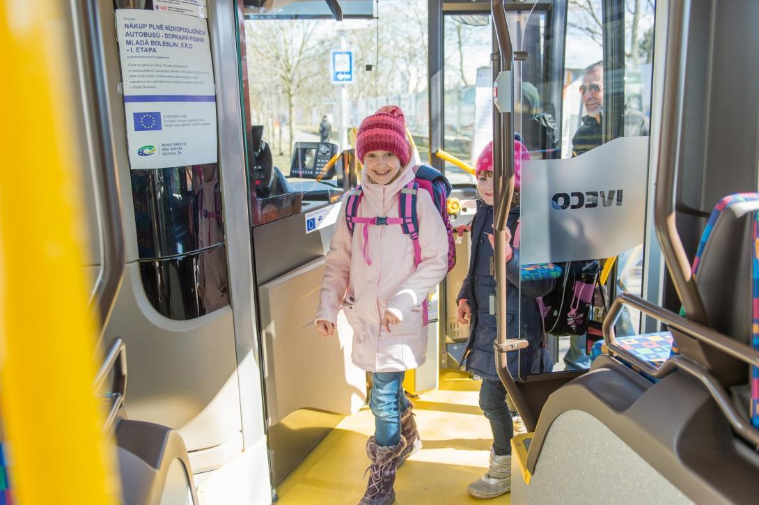 V autobusu