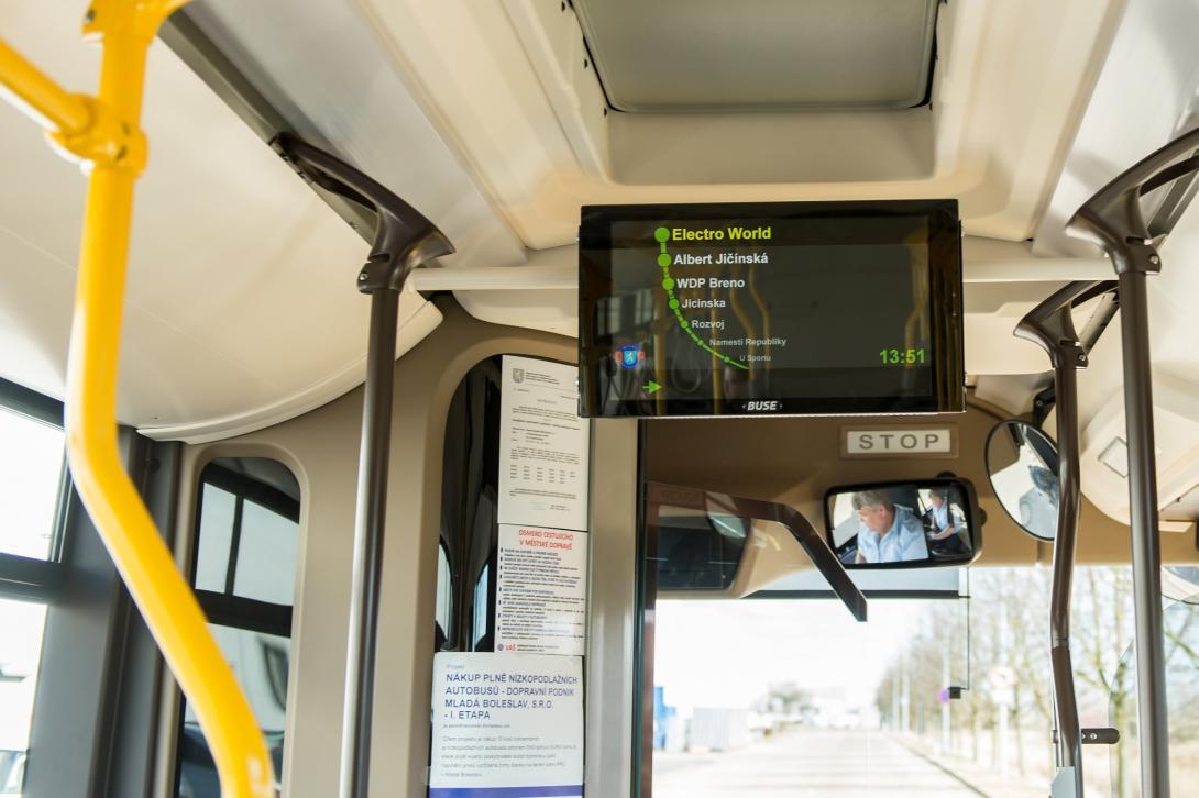 Informační tabule v autobusu