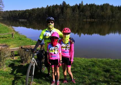 Přilba na kole je důležitá i pro dospělé
