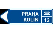 Směrová tabule před nájezdem na silnici pro motorová vozidla