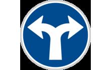 Přikázaný směr jízdy vpravo a vlevo