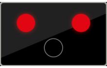 Dvě červená střídavě přerušovaná světla signálu přejezdového zabezpečovacího zařízení